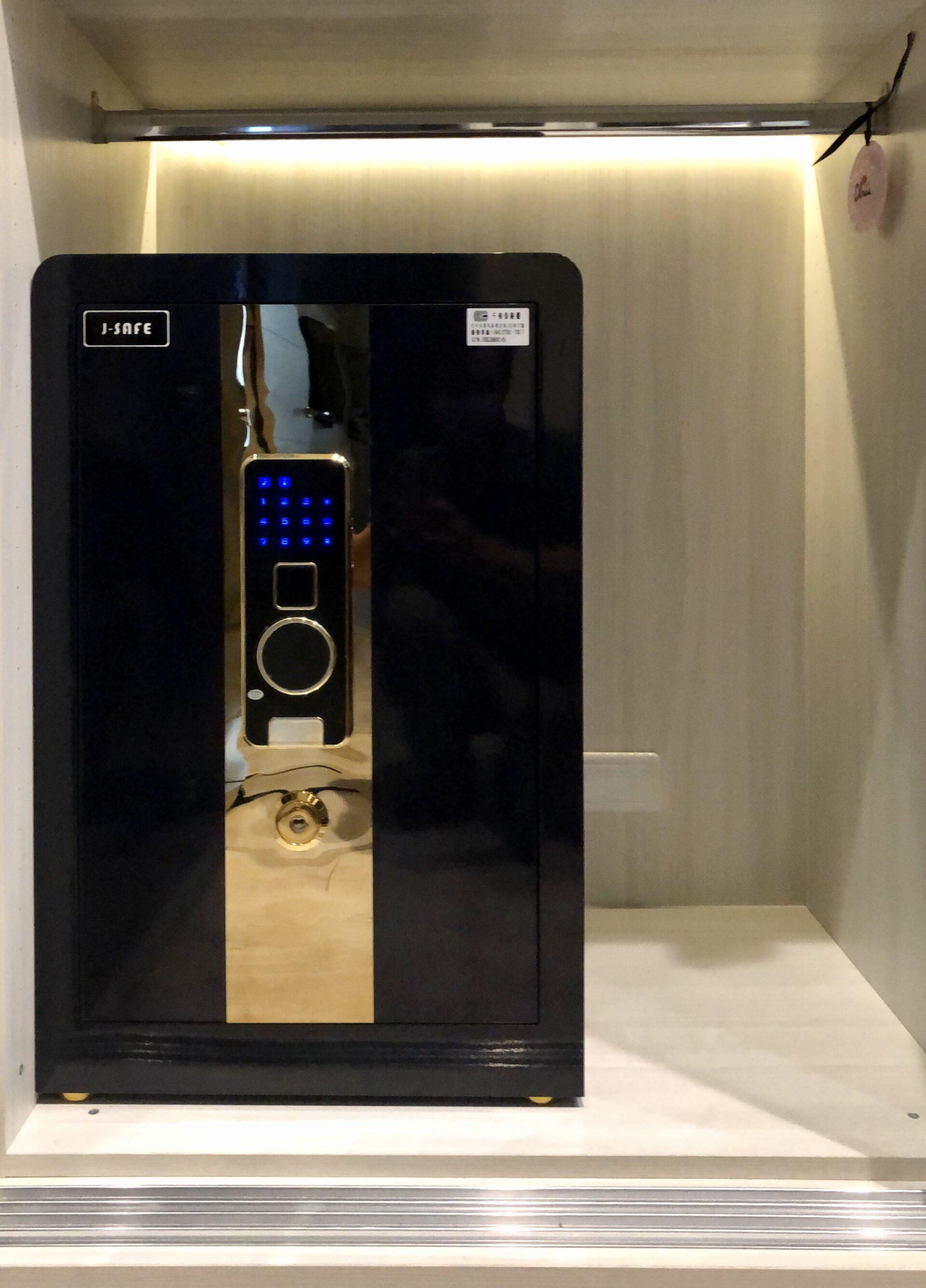保險箱含到把手的深度一併算進去,才不會發生放好之後外門關不上的窘境